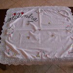 Toalhinha bordada à mão, com renda de crochet