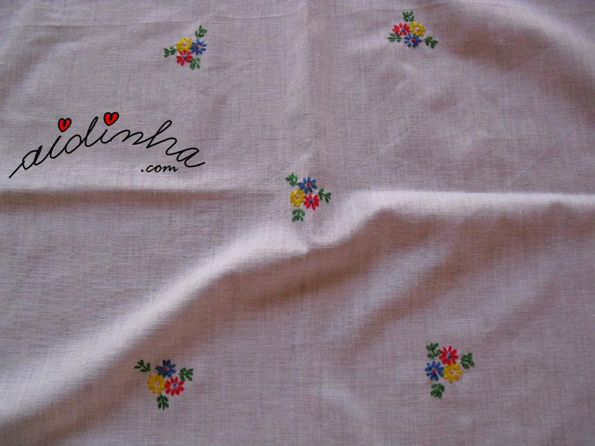 Bordado central da toalhinha com renda de crochet