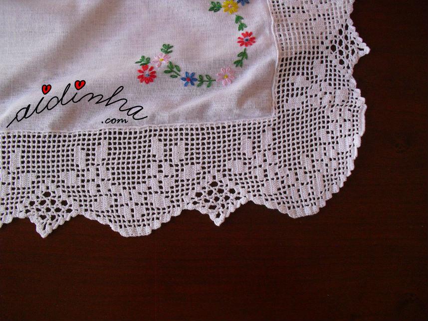 Pormenor do canto da renda de crochet, da toalhinha bordada à mão