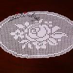 Naperon/caminho de mesa em crochet, com rosa
