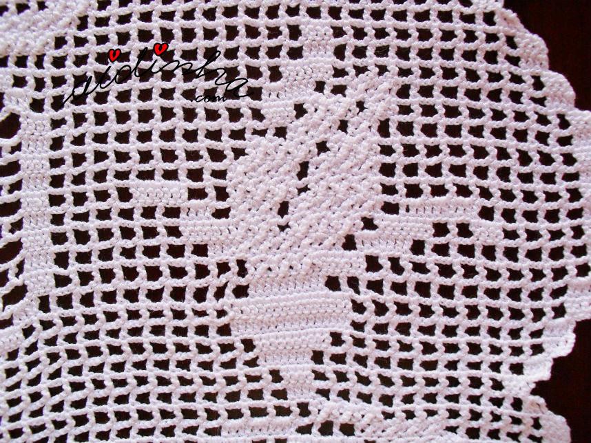 Pormenor da rosa em botão, do naperon de crochet