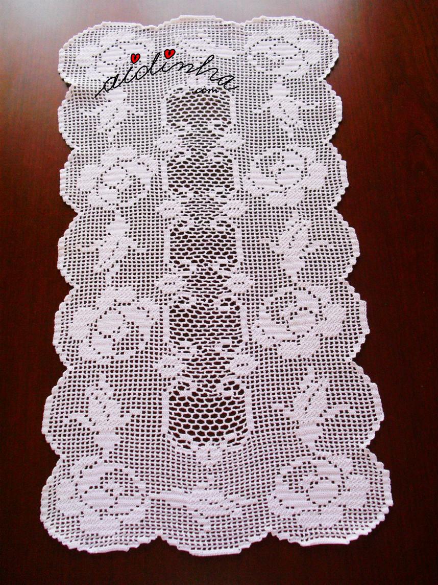 Vista geral do naperon/caminho mesa, em crochet com rosas