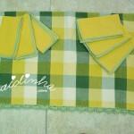 Conjunto de toalha de mesa e guardanapos, em tons de verde e amarelo, com picô de crochet