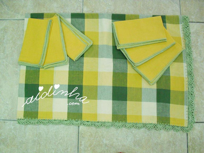 Conjunto de toalha mesa e guardanapos, com picô de crochet