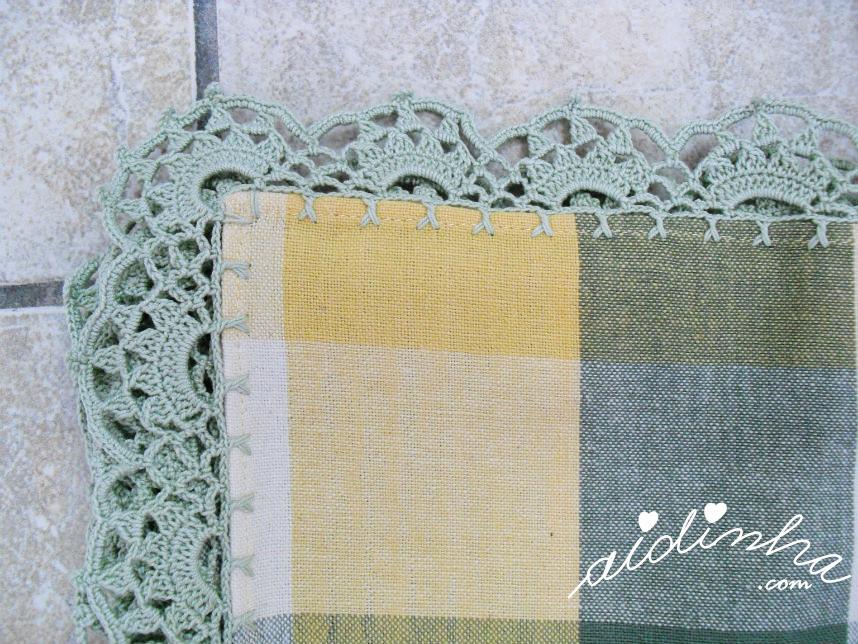 Vista do canto do picô de crochet, da toalha com guardanapos