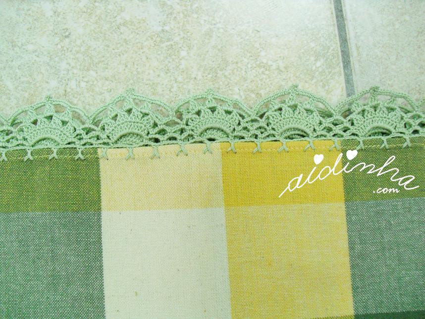 Vista do picô de crochet, da toalha com guardanapos