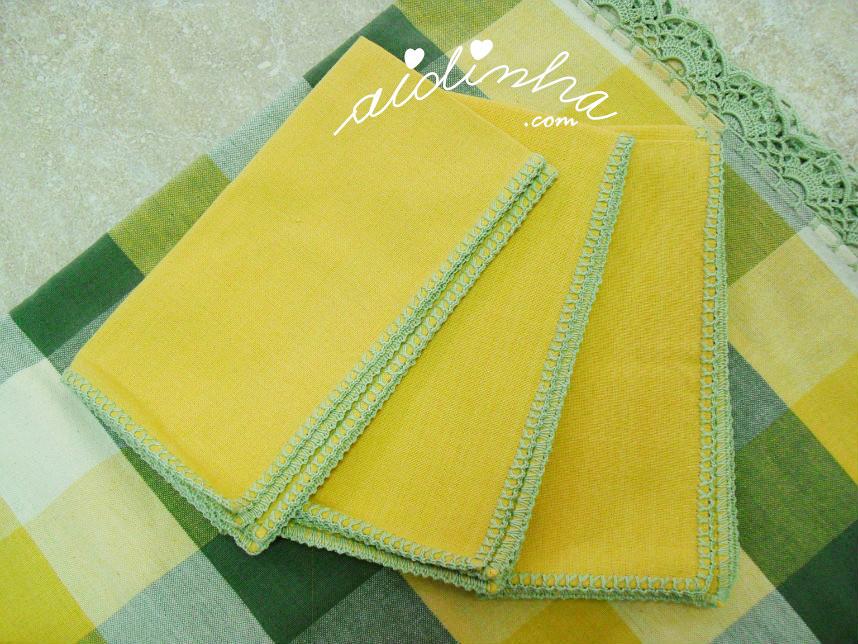 Vista dos guardanapos da toalha com picô de crochet