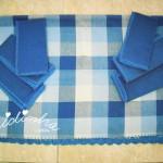 Conjunto de toalha de mesa e guardanapos, em tons de azul, com picô de crochet