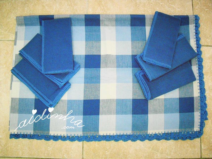 Conjunto de toalha e guardanapos, em tons de azul, com picô de crochet