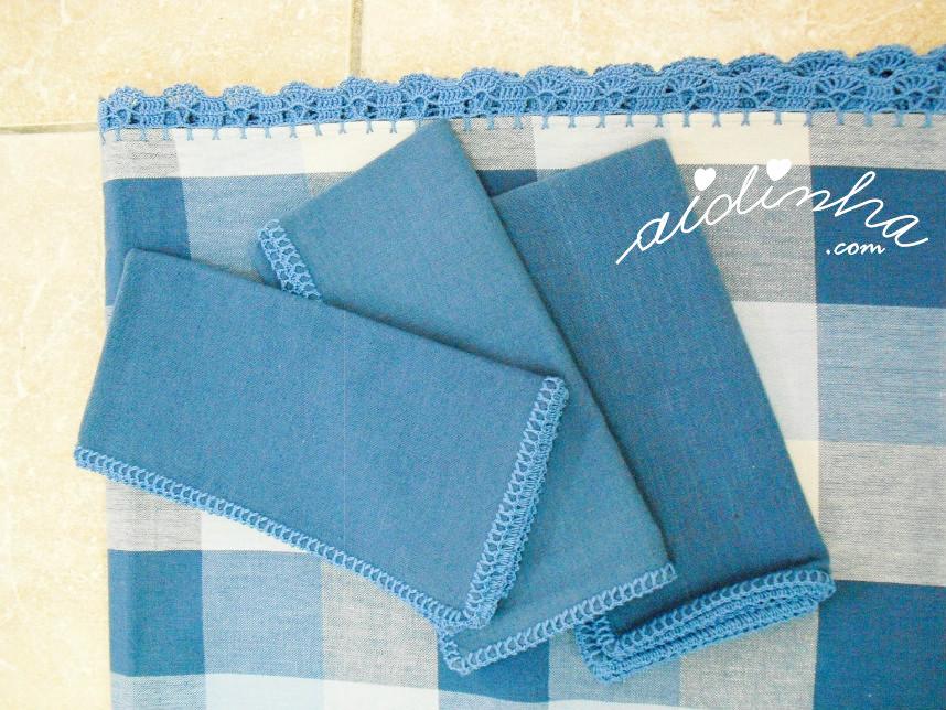 Vista dos guardanapos e do picô de crochet da toalha