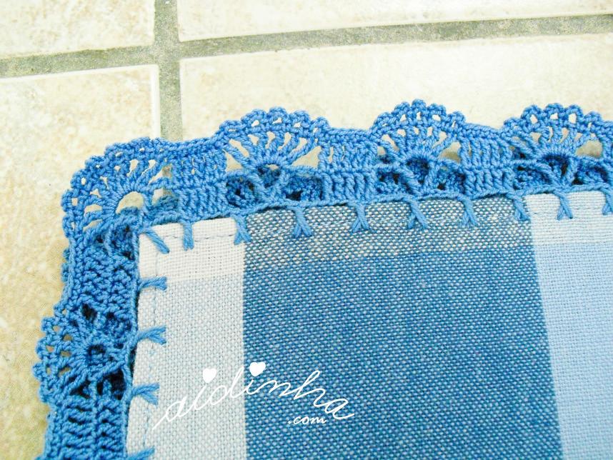 Pormenor do canto do picô de crochet, em azul