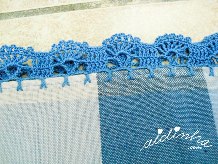 Pormenor do picô de crochet, em azul do conjunto de toalha e guardanapos