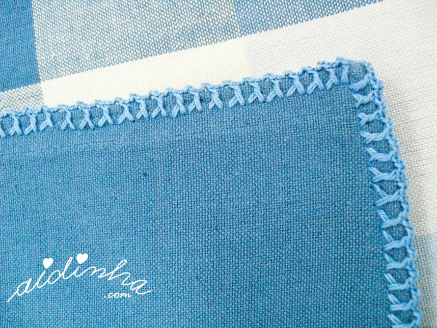 Outra vista do picô de crochet do guardanapo azul