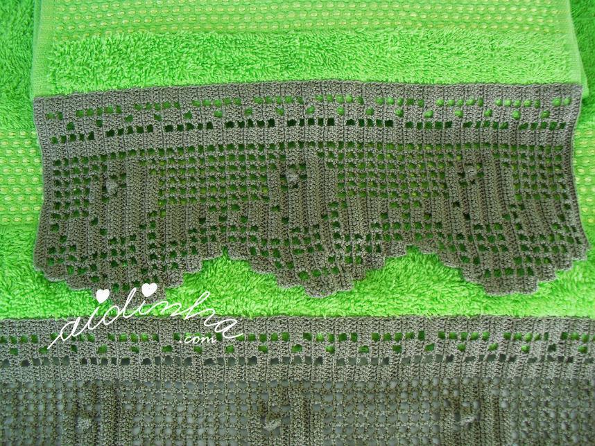 Vista mais próxima da renda de crochet das toalhas banho verdes
