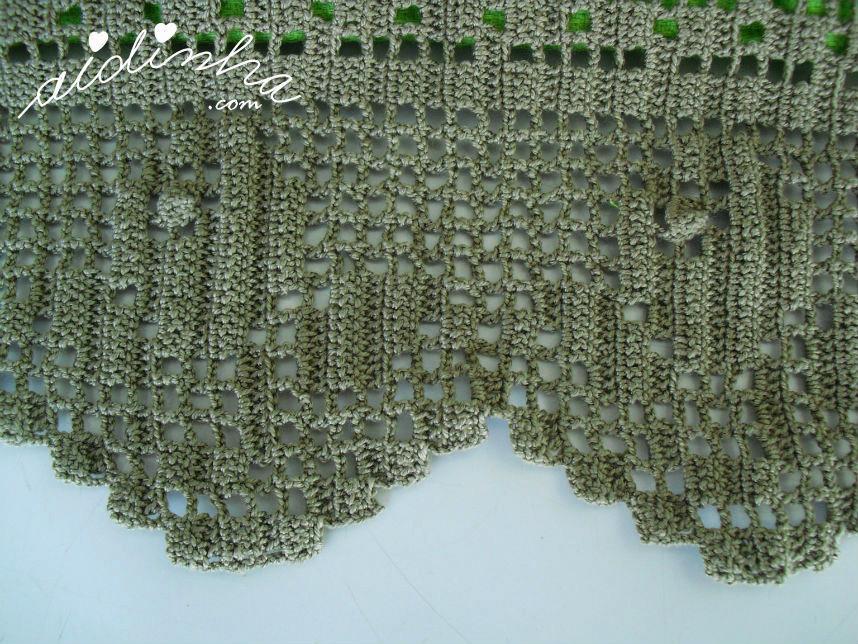 Vista da renda de crochet, mais em pormenor, das toalhas banho verdes
