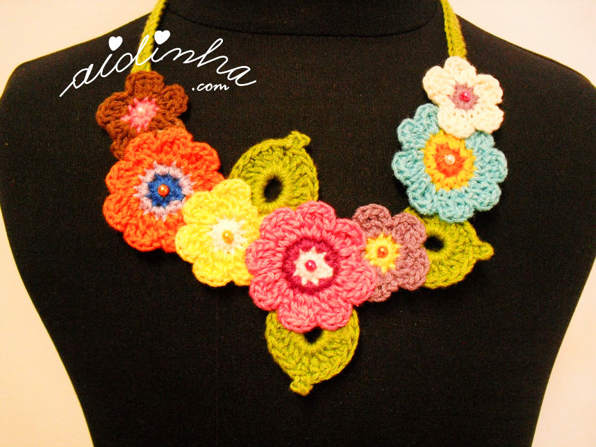 Vista de mais perto, do colar bouquet, de crochet