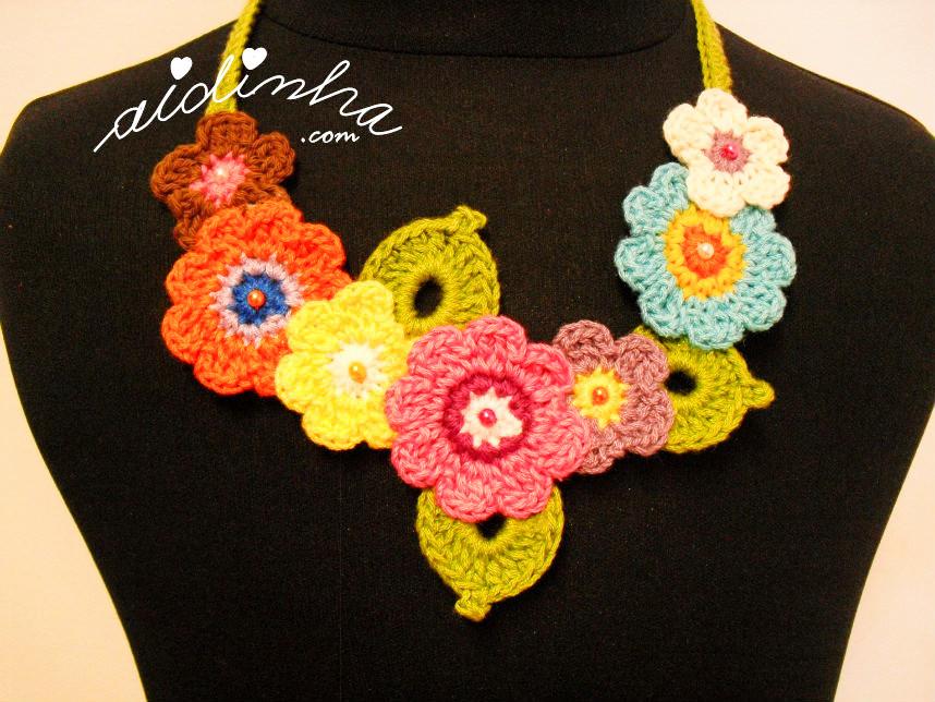 Vista de mais perto, do colar bouquet, de crochet