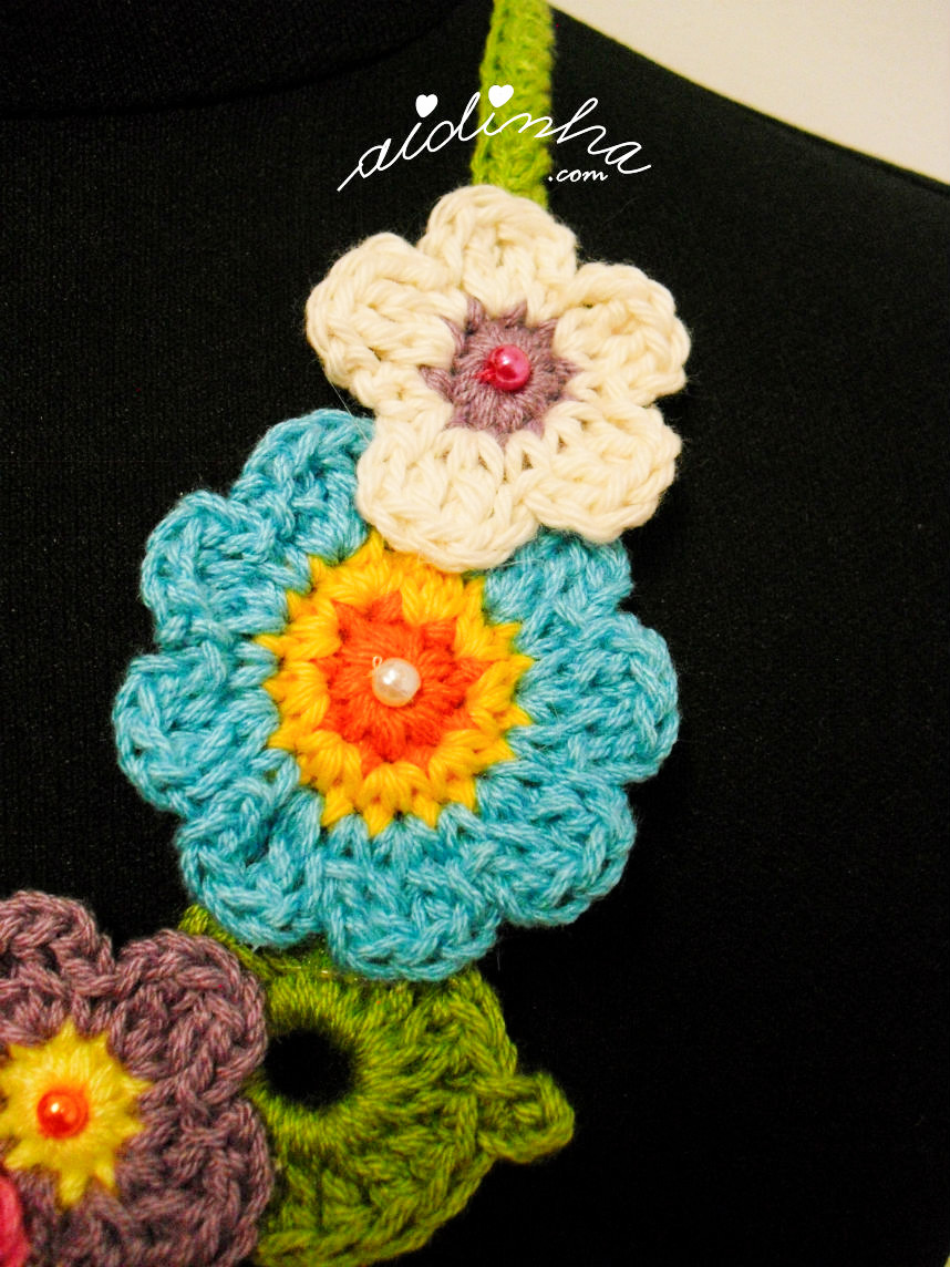 Vista das flores laterais do colar bouquet