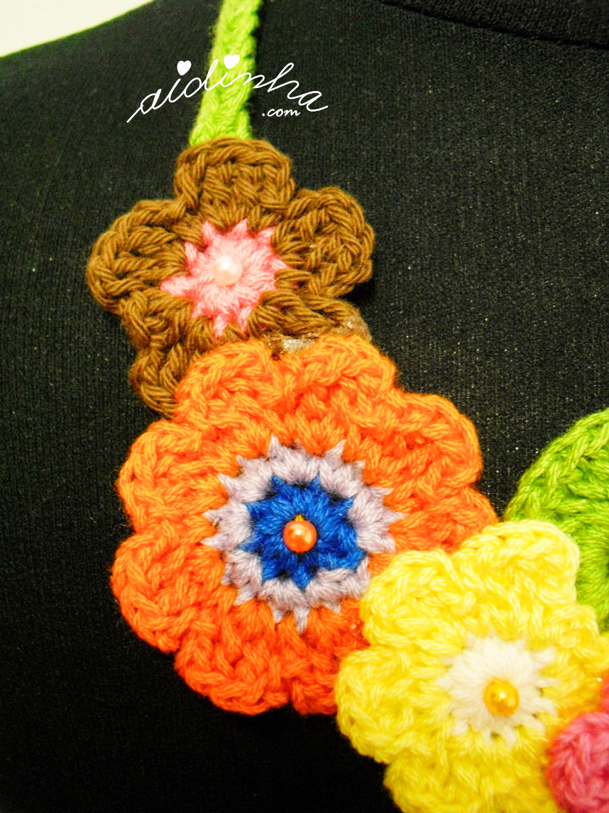 Vista das outras flores laterais do colar de crochet