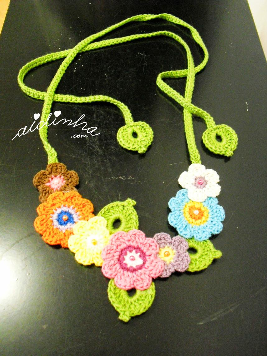Vista total do colar bouquet, de crochet