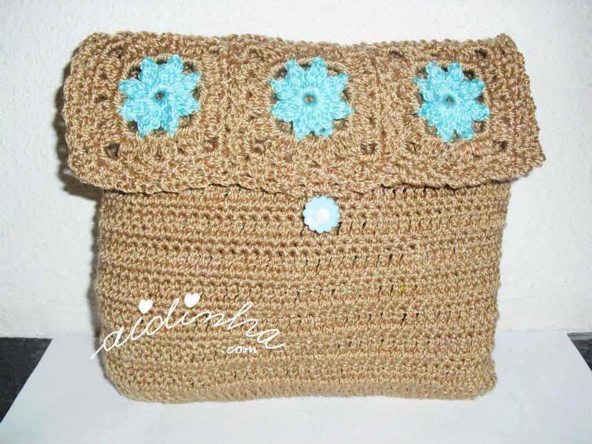Bolsa em crochet, nas cores castanho e turquesa