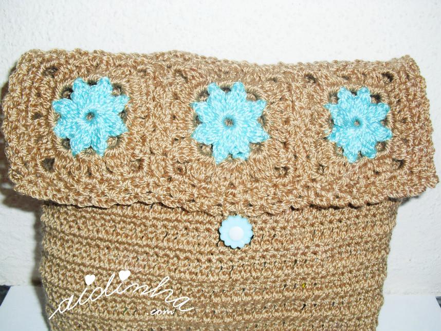Foto da aba que fecha a bolsa de crochet