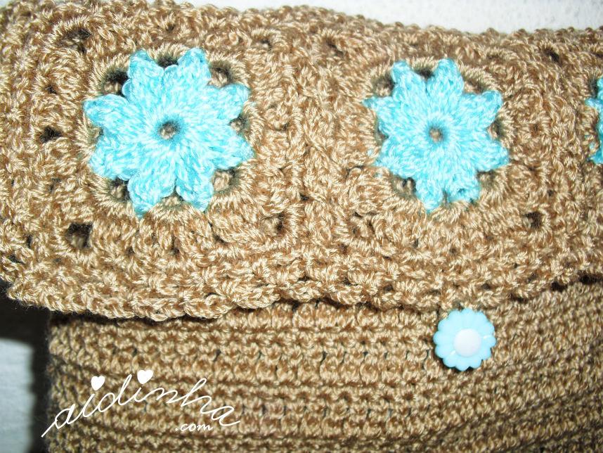 Pormenor dos quadradinhos com flor da bolsa de crochet