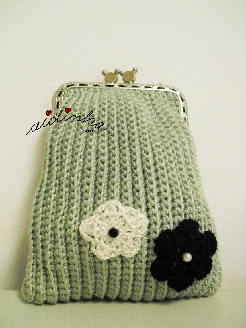 Bolsa em crochet, na cor cinza, com flores