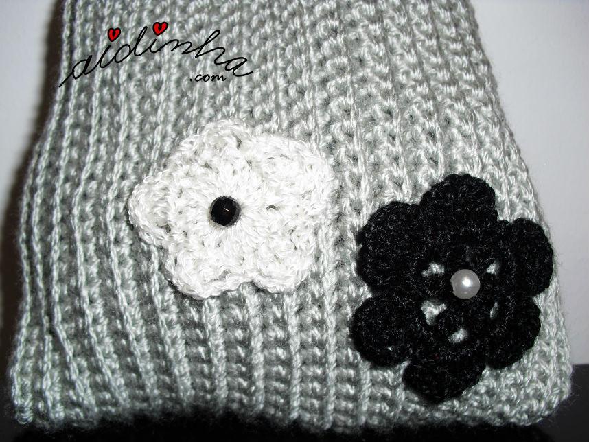 Pormenor das flores de crochet, da bolsa cinza