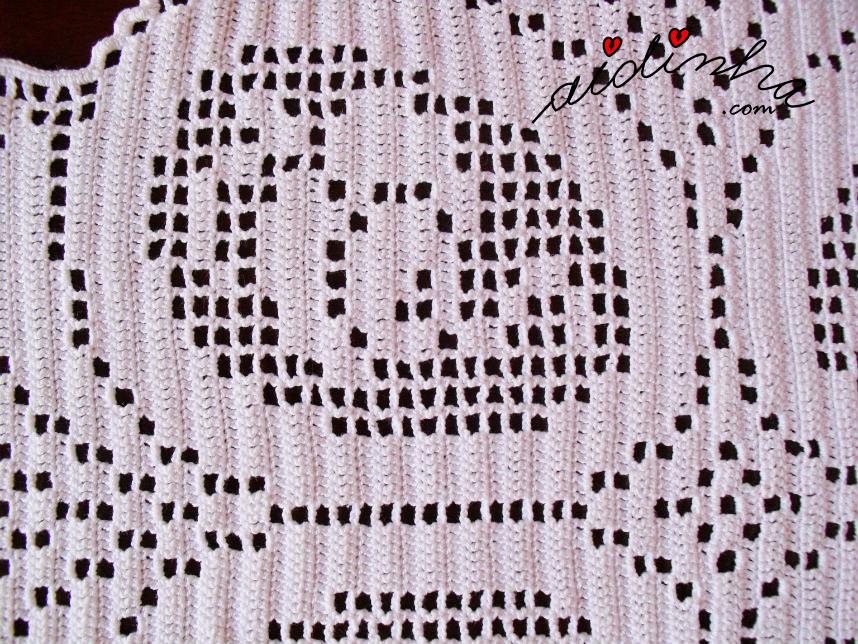 Vista aproximada da flor do naperon de crochet oval