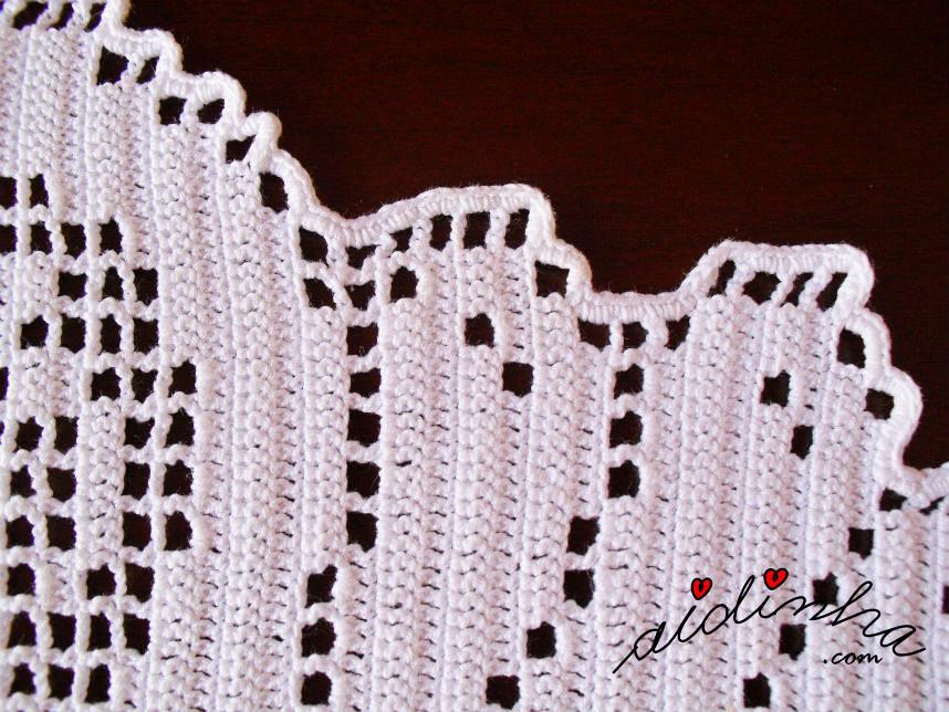 Pormenor da volta de acabamento do naperon de crochet oval