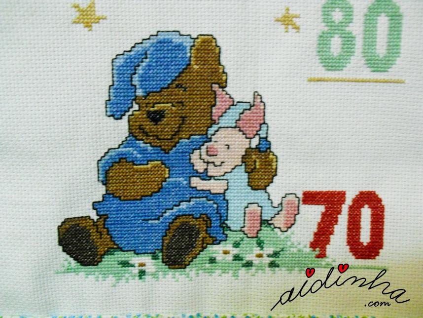 Ursinho pooh a dormir abraçado ao seu amigo, em ponto cruz