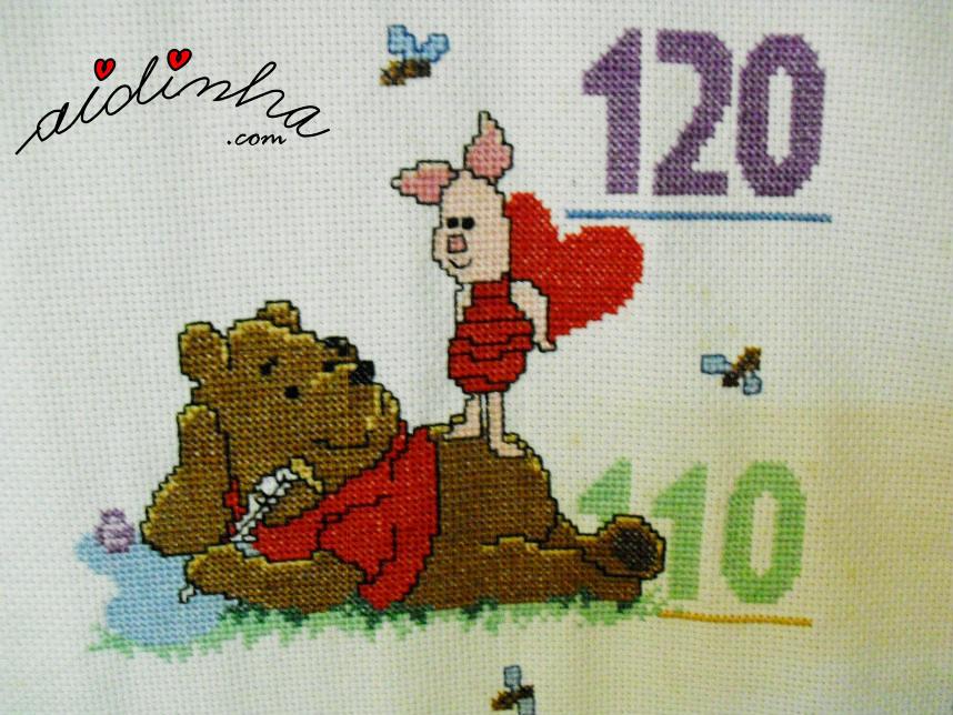 Ursinho pooh deitado com o amigo, em ponto cruz