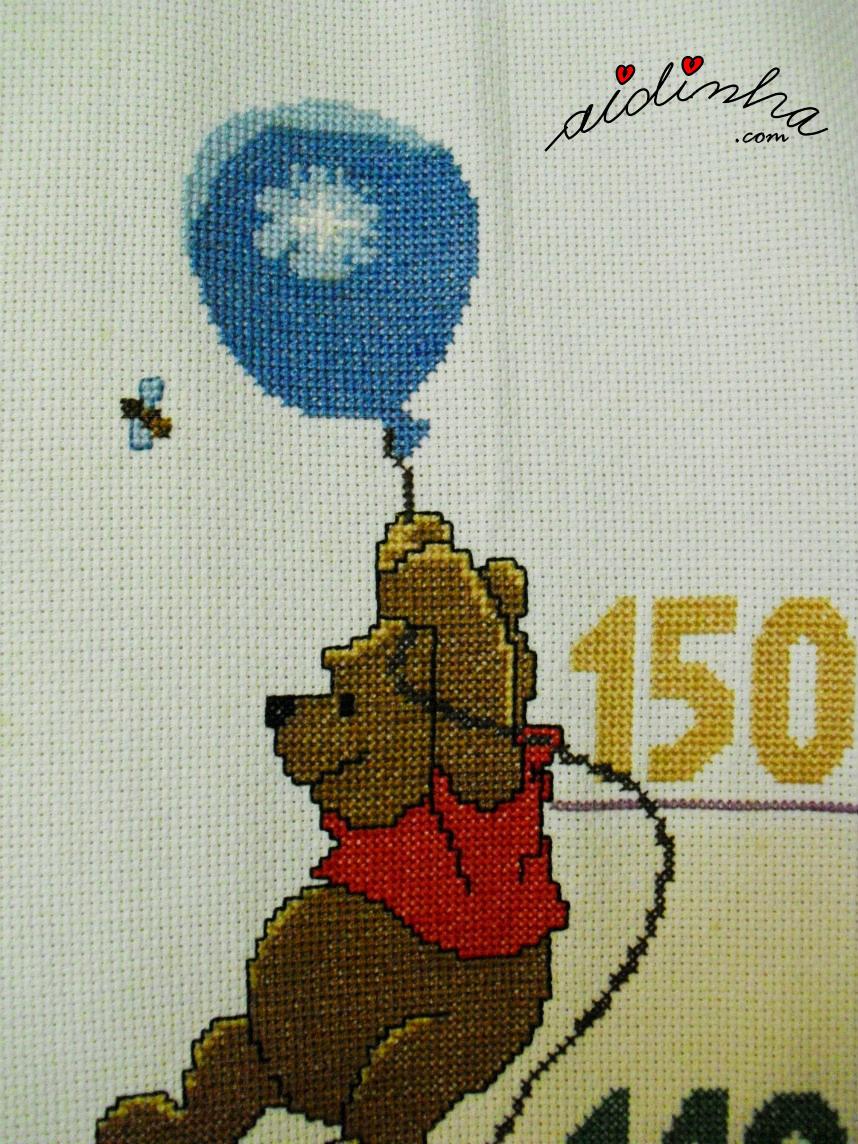 Ursinho pooh com balaão, em ponto cruz