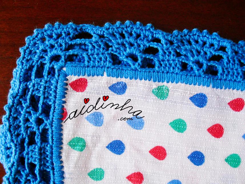Foto do canto do picô de crochet azul