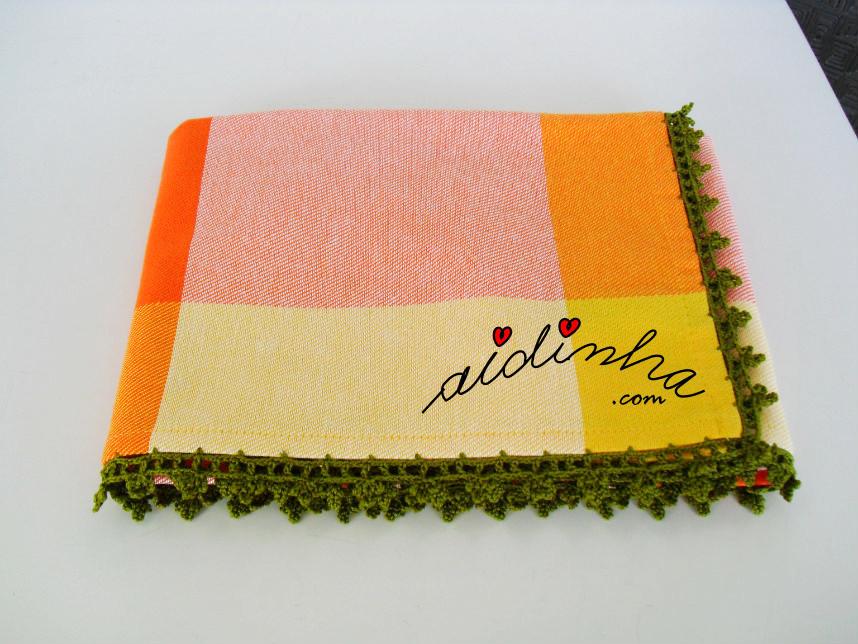 Vista do pano de algodão com picô de crochet verde