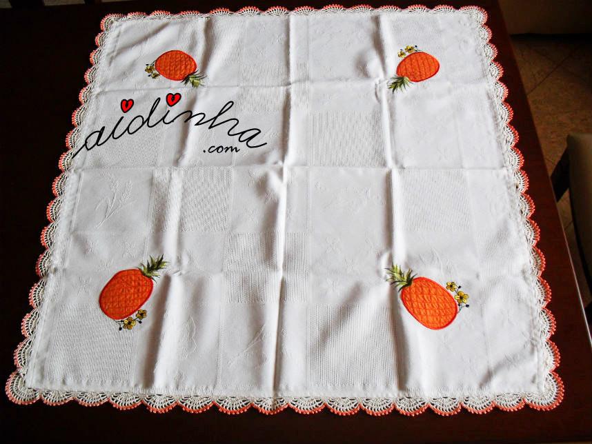 Vista total da toalhinha mesa, com picô crochet