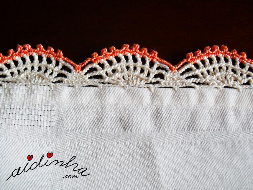 Vista do picô de crochet, creme e laranja da toalhinha de mesa