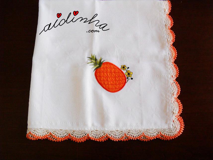 Toalhinha de mesa, com picô de crochet creme e laranja