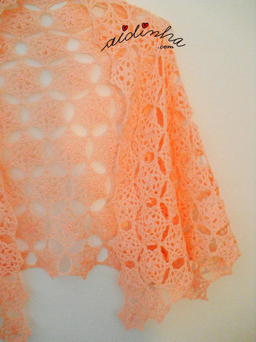 Vista parcial da estola de crochet, com rosetas, na cor salmão