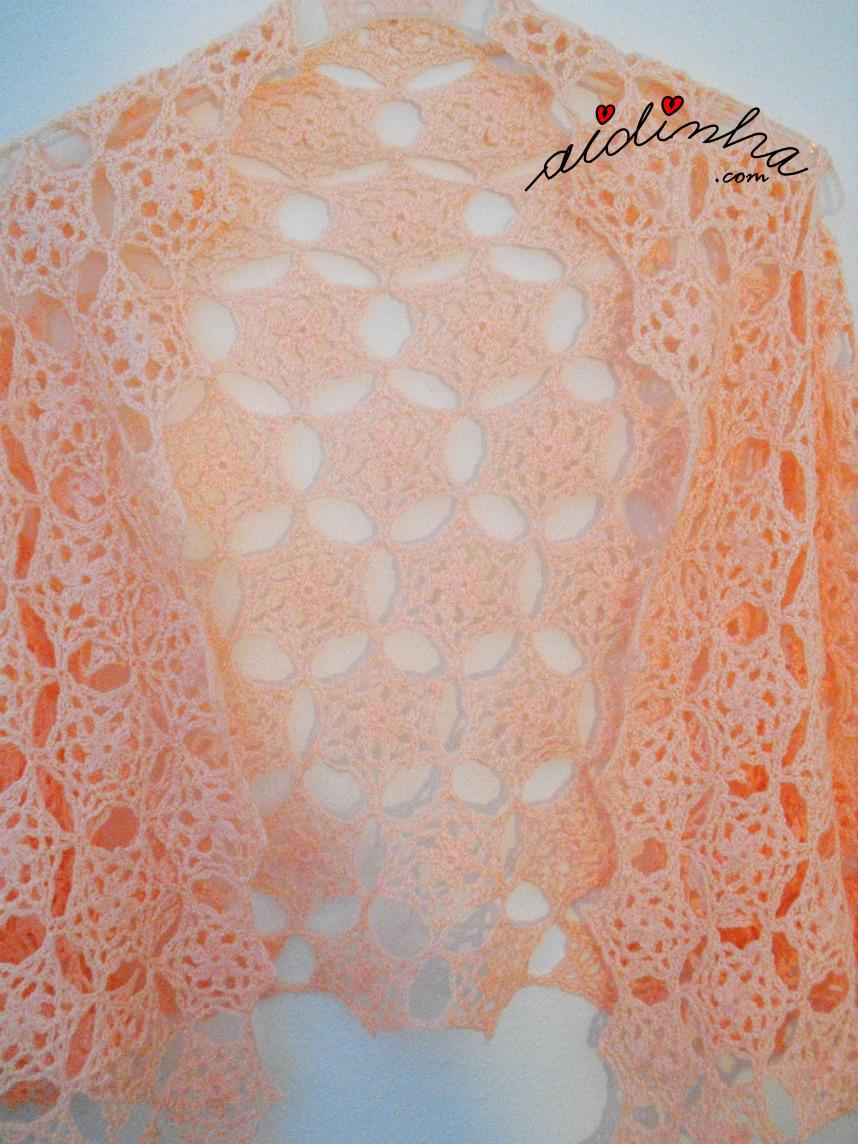 Vista central da estola de crochet, com rosetas, na cor salmão