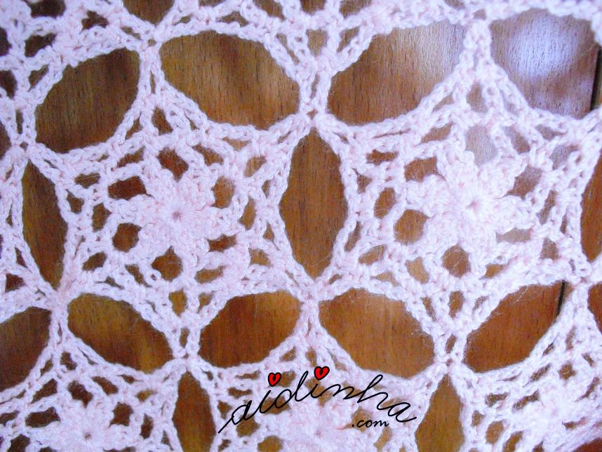 Foto do pegamento das rosetas de crochet, da estola salmão