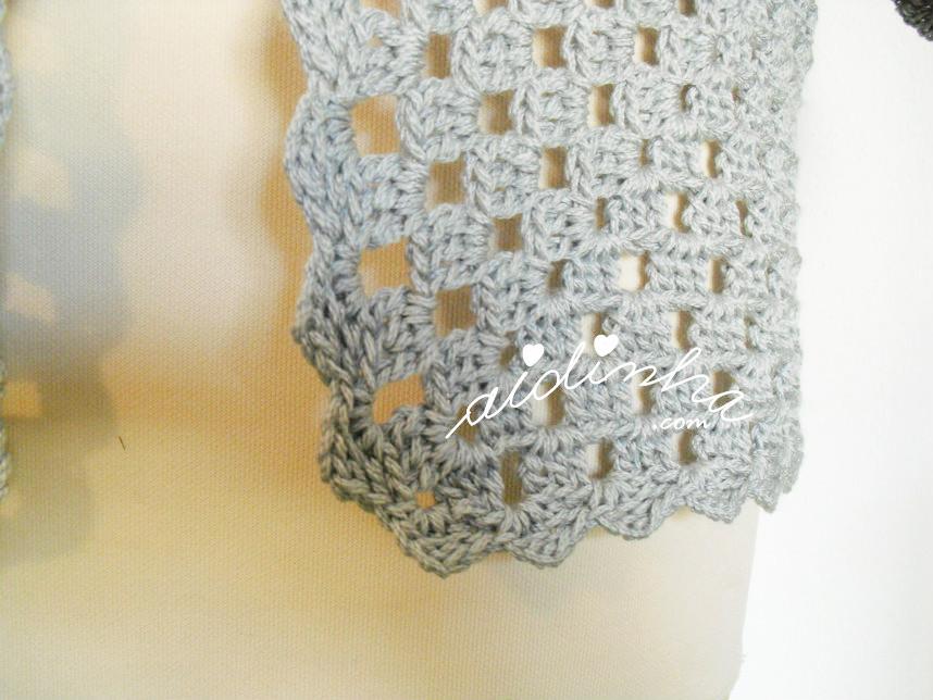 Pormenor de um dos cantos do casaco de crochet cinzento