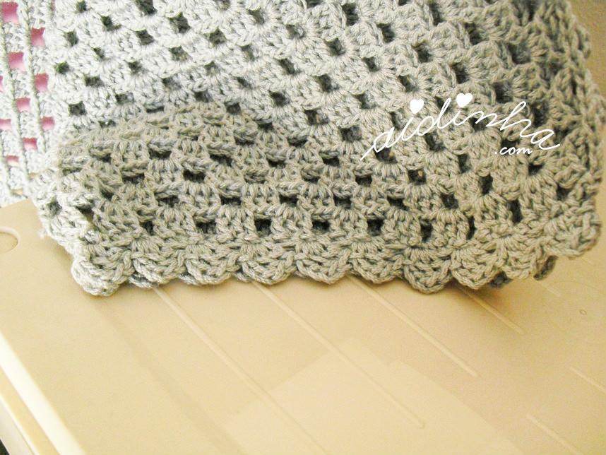 Pormenor da manga do casaco de crochet cinzento