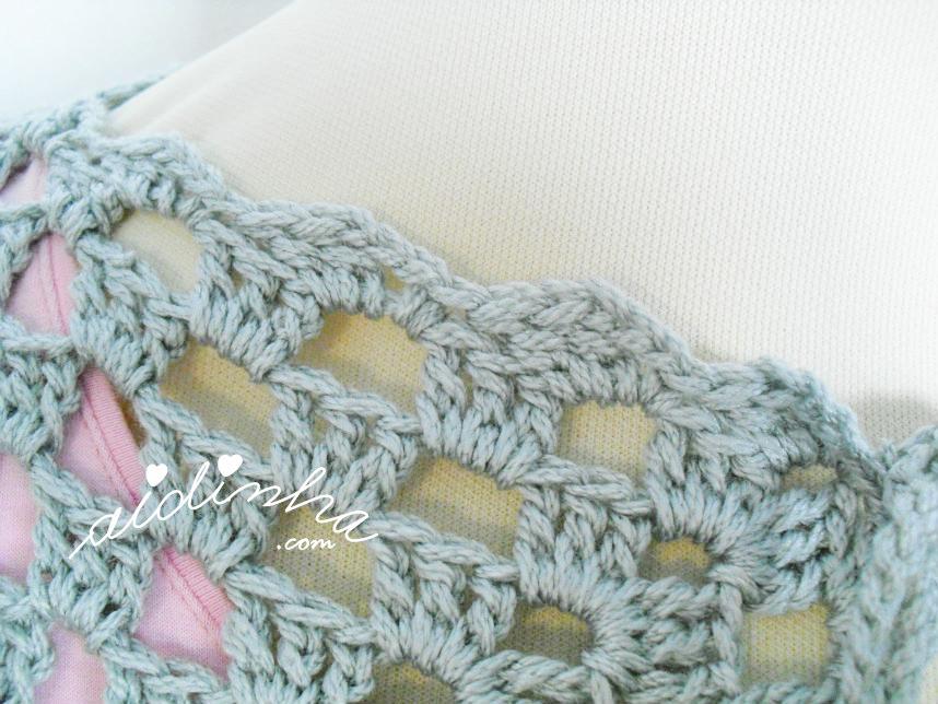 Detalhe do picô do casaco de crochet cinzento