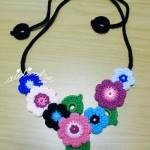 """Colar """"Bouquet"""", em crochet, em tons de azul e rosa"""