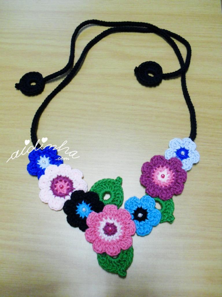 Colar bouquet em tons de azul e rosa