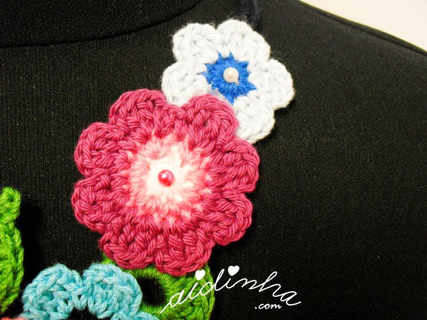 Vista de uma das laterais do colar em tons de azul e rosa