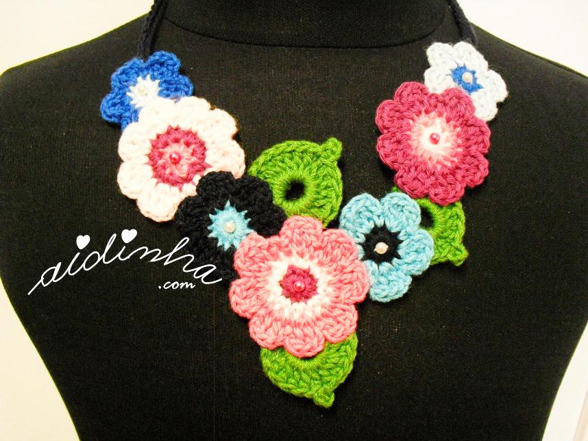 Vista de perto do colar bouquet, em tons de azul e rosa