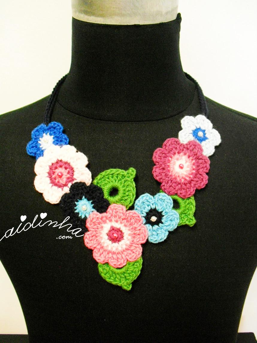 Vista geral do colar de crochet, em tons de azul e rosa